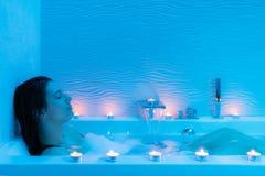 Jeune femme détendant dans le bain chaud de mousse Images libres de droits