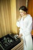 Jeune femme détendant dans le sauna Photo libre de droits