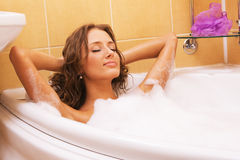 Jeune femme détendant dans un bain Photographie stock libre de droits