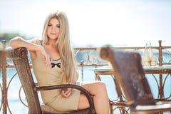 Jeune femme détendant dans un café extérieur Images stock