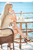 Jeune femme détendant dans un café extérieur Photo libre de droits