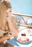 Jeune femme détendant dans un café extérieur Photo stock