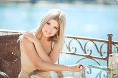 Jeune femme détendant dans un café extérieur Photographie stock