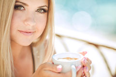 Jeune femme détendant dans un café extérieur Images libres de droits
