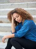 Jeune femme détendant dehors avec la main dans les cheveux Photos stock