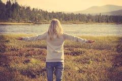 Jeune femme détendant le mode de vie augmenté par main extérieure Photos stock