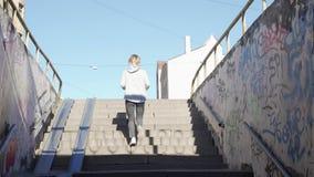 Jeune femme d?termin?e courant t?t le matin le passage souterrain de throgh clips vidéos