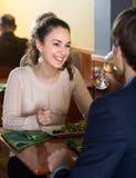 Jeune femme dînant avec un homme dans un restaurant Images libres de droits