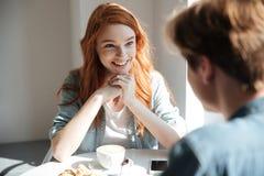 Jeune femme d'étudiant écoutant son ami Image libre de droits