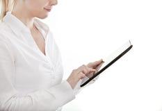 Jeune femme d'affaires à l'aide d'un ordinateur de tablette Photographie stock libre de droits