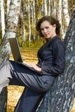 Jeune femme d'affaires à l'aide de l'ordinateur portatif. Image stock