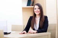 Jeune femme d'affaires à l'aide de l'ordinateur portatif photographie stock libre de droits