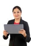 Jeune femme d'affaires à l'aide de la tablette photographie stock libre de droits