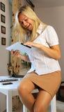 Jeune femme d'affaires à l'aide du comprimé Image libre de droits