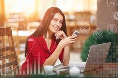 Jeune femme d'affaires à l'aide du téléphone dans le café Image libre de droits