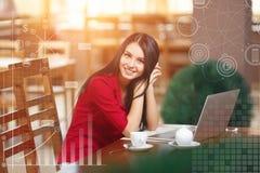 Jeune femme d'affaires à l'aide du téléphone dans le café Photos libres de droits