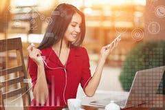 Jeune femme d'affaires à l'aide du téléphone dans le café Images libres de droits