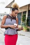 jeune femme d'affaires à l'aide d'un comprimé Photographie stock libre de droits