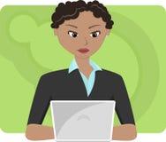 Jeune femme d'affaires à l'ordinateur portatif Photographie stock libre de droits