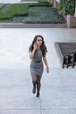 Jeune femme d'affaires élégante parlant par le téléphone Photo stock