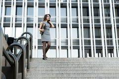 Jeune femme d'affaires élégante parlant par le téléphone Photographie stock