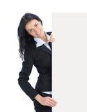 Jeune femme d'affaires affichant le panneau indicateur blanc Photos stock