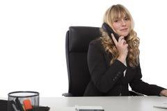 Jeune femme d'affaires amicale au téléphone photo stock