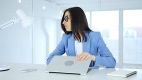 Jeune femme d'affaires Angry à l'ordinateur portable fermant de travail, réagissant à la perte photographie stock