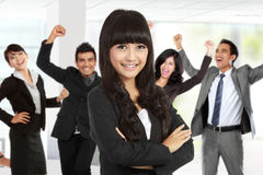 Jeune femme d'affaires asiatique, avec son équipe derrière Image libre de droits