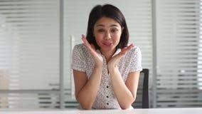 Jeune femme d'affaires asiatique heureuse parlant à la caméra faisant l'appel visuel clips vidéos