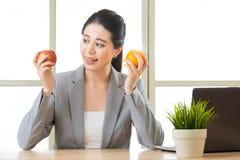 Jeune femme d'affaires asiatique mangeant le casse-croûte sain Photographie stock