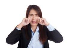 Jeune femme d'affaires asiatique pleurant beaucoup Photos stock