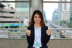 Jeune femme d'affaires asiatique sûre se tenant sur le fond brouillé de ville Concept de femme de chef Photos stock