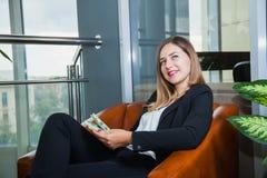 Jeune femme d'affaires attirante comptant des dollars et le sourire d'argent Photos stock