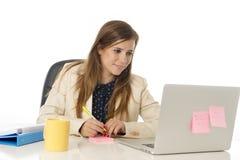 Jeune femme d'affaires attirante de portrait d'entreprise à la chaise de bureau fonctionnant au bureau d'ordinateur portable Photo stock
