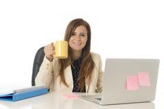 Jeune femme d'affaires attirante de portrait d'entreprise à la chaise de bureau fonctionnant au bureau d'ordinateur portable Photos stock