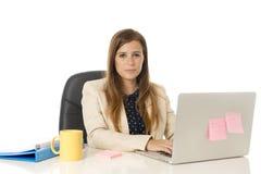 Jeune femme d'affaires attirante de portrait d'entreprise à la chaise de bureau fonctionnant au bureau d'ordinateur portable Photos libres de droits