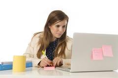 Jeune femme d'affaires attirante de portrait d'entreprise à la chaise de bureau fonctionnant au bureau d'ordinateur portable Photo libre de droits