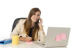 Jeune femme d'affaires attirante de portrait d'entreprise à la chaise de bureau fonctionnant au bureau d'ordinateur portable Image stock
