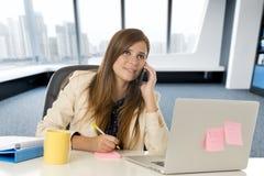 Jeune femme d'affaires attirante de portrait d'entreprise au bureau parlant au téléphone portable Photographie stock