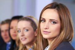 Jeune femme d'affaires attirante et son équipe Photos libres de droits
