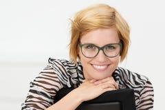 Jeune femme d'affaires attirante heureuse image stock