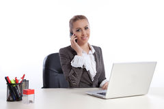 Jeune femme d'affaires au bureau appelant par le telephon Photos stock