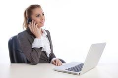 Jeune femme d'affaires au bureau appelant par le telephon Photographie stock libre de droits