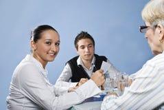 Jeune femme d'affaires au milieu du contact Image libre de droits