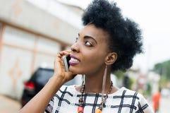 Jeune femme d'affaires au téléphone Photos stock