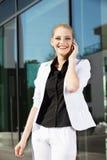 Jeune femme d'affaires au téléphone images stock