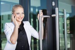 Jeune femme d'affaires au téléphone image libre de droits