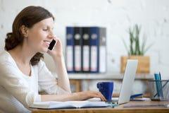 Jeune femme d'affaires au téléphone Image stock