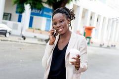 Jeune femme d'affaires au téléphone avec un beau sourire Photos stock